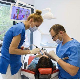 În România a crescut numărul tinerilor între 25 și 35 de ani cu forme severe de boală parodontală